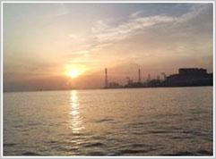 工場と朝日